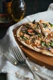 Pizza con il salmone, l'asparago ed i pinoli Fotografia Stock
