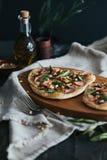 Pizza con il salmone, l'asparago ed i pinoli, apertura 2 Fotografie Stock