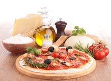 Pizza con l'ingrediente fotografia stock libera da diritti