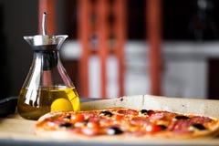 Pizza con l'olio di oliva immagini stock libere da diritti