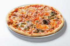 Pizza con la cebolla, el jamón, el queso y el tomate Fondo blanco Foto de archivo libre de regalías