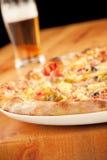 Pizza con la cerveza Imágenes de archivo libres de regalías