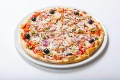 Pizza con la cipolla e prosciutto, formaggio e pomodoro Priorità bassa bianca Fotografia Stock