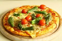 Pizza con la merguez Immagini Stock Libere da Diritti
