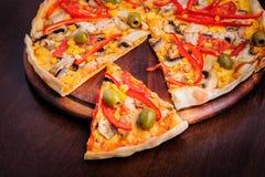 Pizza con la mozzarella, funghi, olive e Fotografia Stock