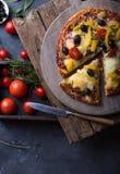 Pizza con la mozzarella, i funghi, le olive nere ed il basilico fresco Pizza italiana Alimento casalingo Immagine simbolica Conce fotografia stock