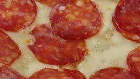 Pizza con la mozzarella y el salami metrajes