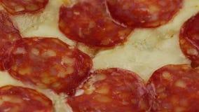 Pizza con la mozzarella y el salami almacen de metraje de vídeo