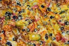 Pizza con la salchicha, las aceitunas, los tomates y el queso Fotos de archivo