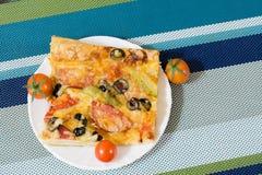 Pizza con la salchicha, las aceitunas, los tomates y el queso Foto de archivo libre de regalías