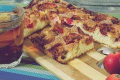 Pizza con la salchicha, las aceitunas, los tomates y el queso Fotografía de archivo