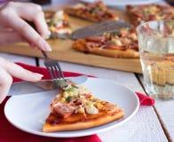 Pizza con la salsiccia, il pollo, il mais ed il formaggio Fotografia Stock