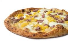 Pizza con la salsiccia, le patate e la mozzarella Fotografia Stock