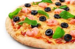 Pizza con las aceitunas y el arugula del camarón en un fondo blanco Imagen de archivo libre de regalías
