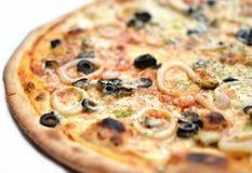 Pizza con las aceitunas y los mariscos Imagen de archivo libre de regalías