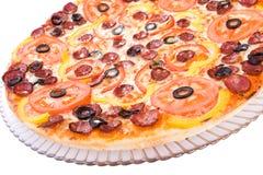 Pizza con las aceitunas y los tomates Imagen de archivo
