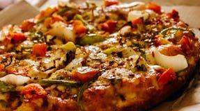 Pizza con las cargas de topings Foto de archivo
