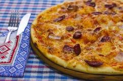 Pizza con las salchichas ahumadas imagen de archivo