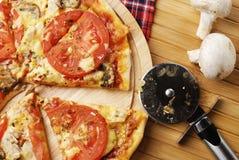 Pizza con las setas fotos de archivo