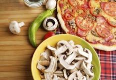 Pizza con las setas fotografía de archivo