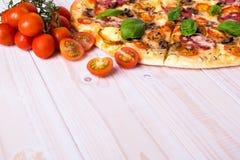 Pizza con las verduras y las especias del salami en un fondo de madera blanco con el espacio de la copia Imagenes de archivo