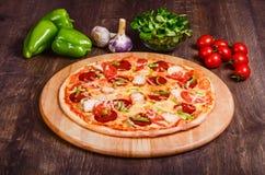 Pizza con le merguez fotografie stock
