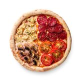 Pizza con le merguez, i funghi prataioli, il pomodoro ed il formaggio Quattro gusti in una pizza su fondo bianco Immagine Stock