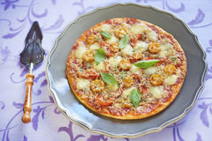 Pizza con le merguez, i pomodori, il pepe e la mozzarella Immagine Stock Libera da Diritti