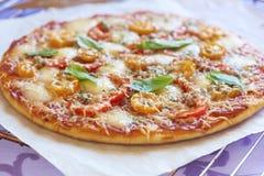 Pizza con le merguez, i pomodori, il pepe e la mozzarella Fotografie Stock