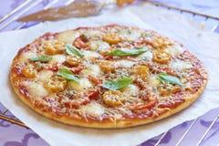 Pizza con le merguez, i pomodori, il pepe e la mozzarella Fotografia Stock