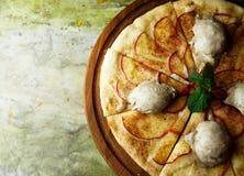 Pizza con le pere ed il gelato fotografie stock