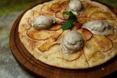 Pizza con le pere ed il gelato immagine stock