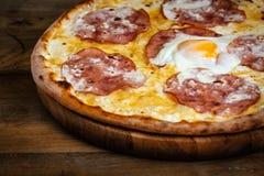 Pizza con le salsiccie e l'uovo Fotografia Stock Libera da Diritti