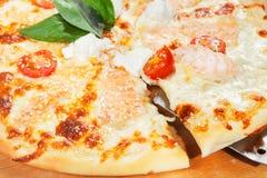 Pizza con le verdure ed altra Immagini Stock