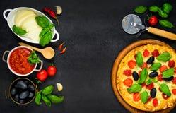 Pizza con lo spazio della copia e gli ingredienti di cottura Fotografie Stock