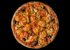 Pizza con lo srimp dei frutti di mare sul nero Fotografia Stock Libera da Diritti