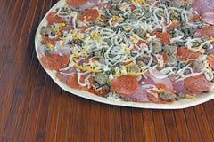 Pizza con los desmoches del cerdo Fotos de archivo libres de regalías