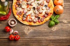 Pizza con los ingredientes Imagen de archivo libre de regalías