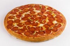 Pizza con los salchichones en un fondo blanco foto de archivo libre de regalías