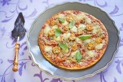 Pizza con los salchichones, los tomates, la pimienta y la mozzarella Imagen de archivo libre de regalías
