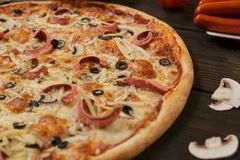 Pizza con los salchichones salchicha y setas fotos de archivo