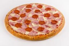 Pizza con los salchichones y el jamón en un fondo blanco fotos de archivo
