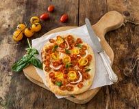Pizza con los tomates de cereza imagenes de archivo