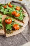 Pizza con los tomates del pesto, de la espinaca y de cereza fotos de archivo libres de regalías
