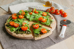 Pizza con los tomates del pesto, de la espinaca y de cereza imagen de archivo libre de regalías