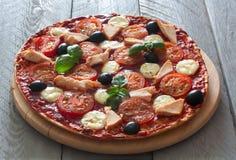 Pizza con los tomates, el pollo y la mozzarella Foto de archivo libre de regalías