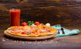 Pizza con los tomates y el queso Imagen de archivo libre de regalías