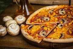 Pizza con mais, il prosciutto ed i funghi Immagine Stock Libera da Diritti