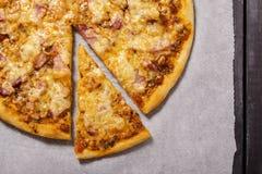 Pizza con pancetta affumicata Fotografie Stock