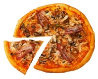 Pizza con pancetta affumicata isolata Immagini Stock Libere da Diritti